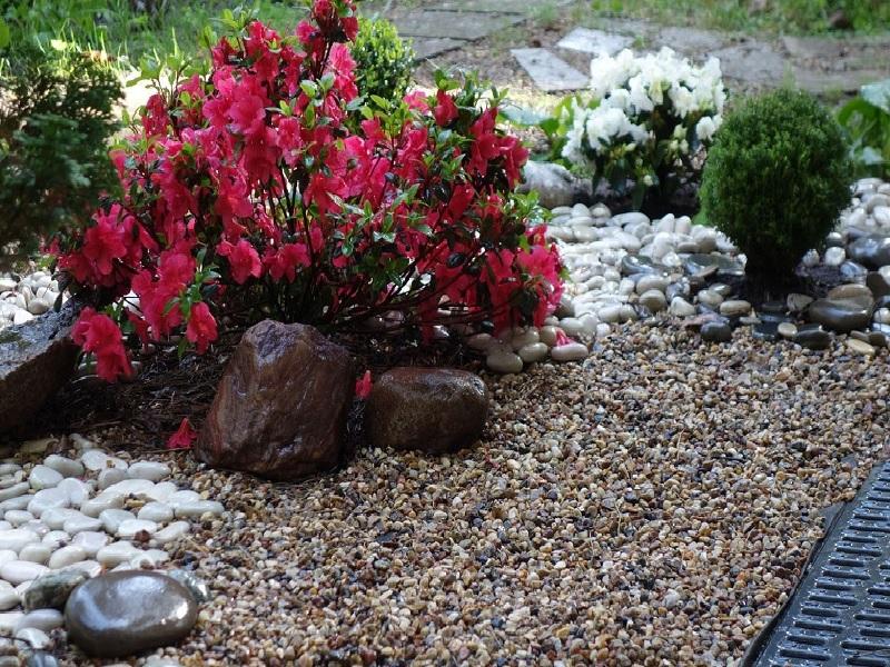 Сеяная галька в саду