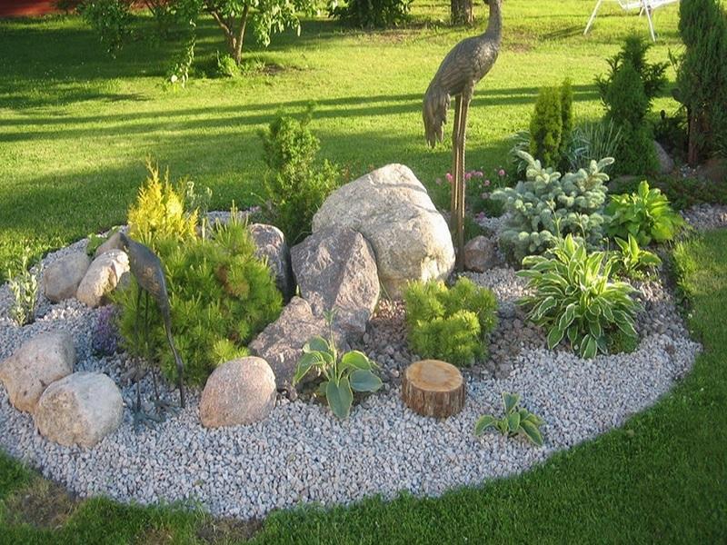 Каменный островок на зеленой лужайке