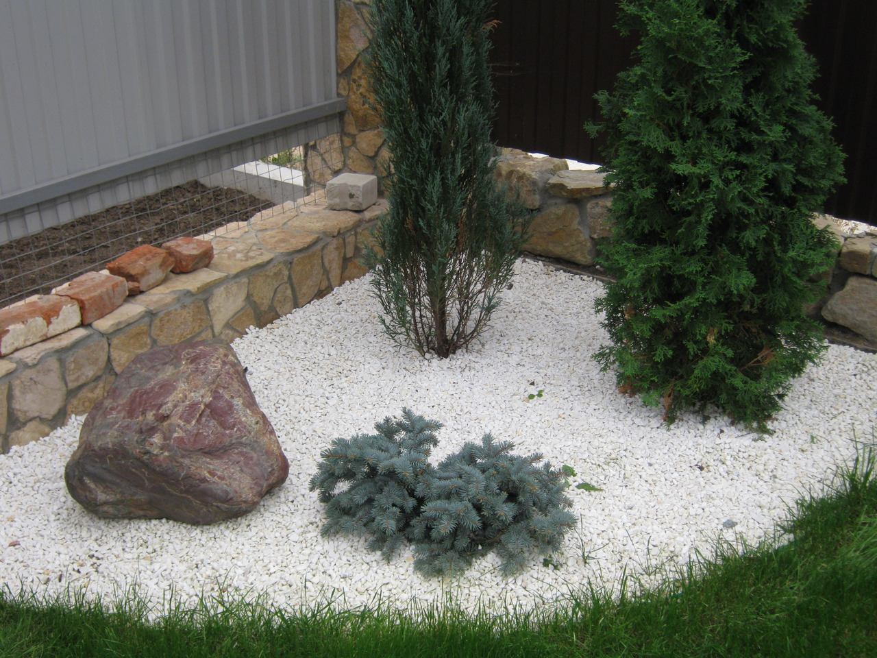 Декорирование лужайки белой крошкой