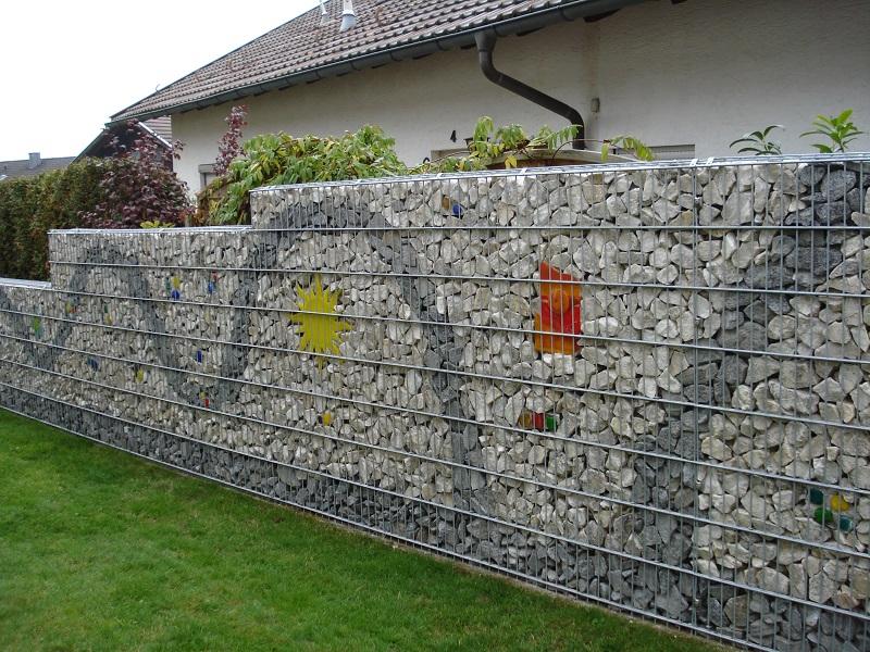 Забор выполненный с помощью цветной гальки