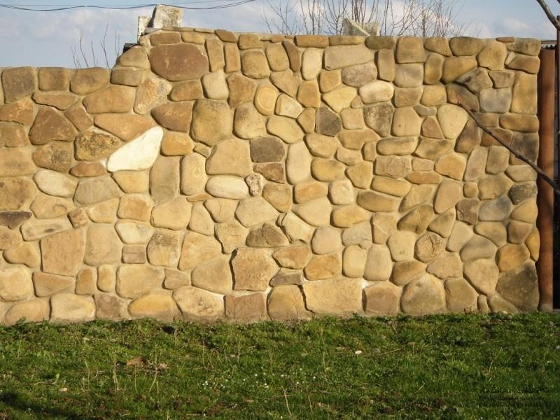 Забор из песчаных блоков